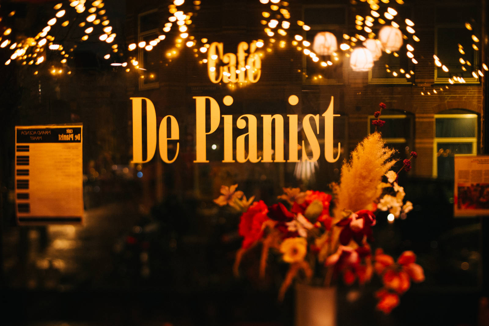 the window at cafe de pianist amsterdam